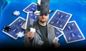 Kouzelník Pavel Soukup a modré karty v pozadí