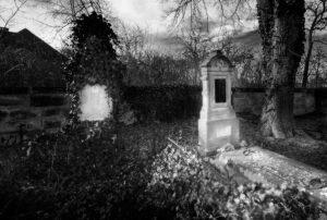 Černobílý tajemný hřbitov